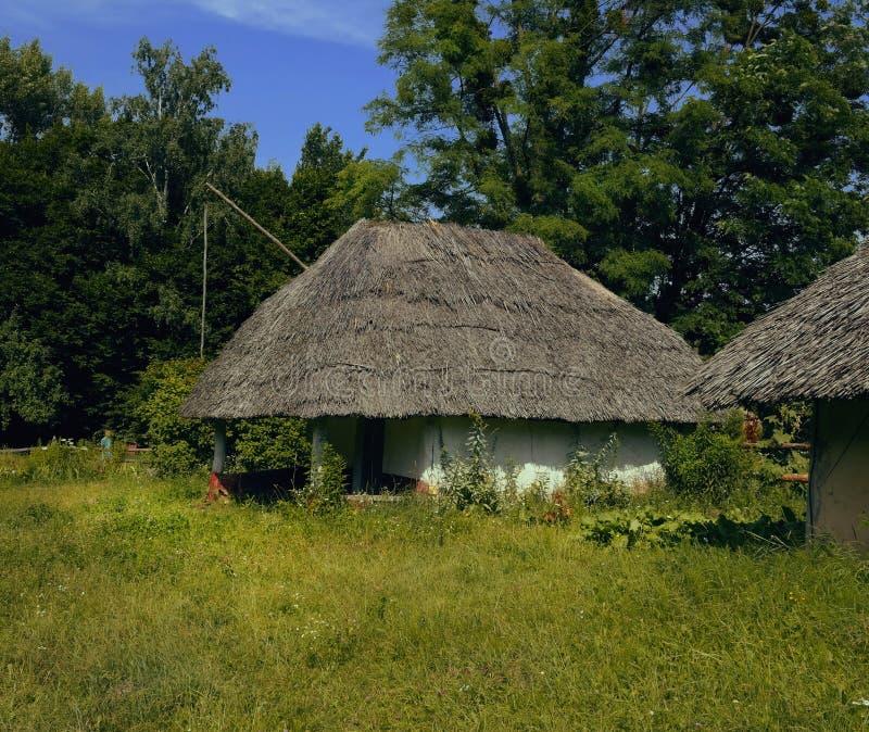 Oud Oekra?ens Huis Oekraïense hut van de 19de eeuw De zomerlandschap, zonneschijn Dorp Pirogovo royalty-vrije stock foto
