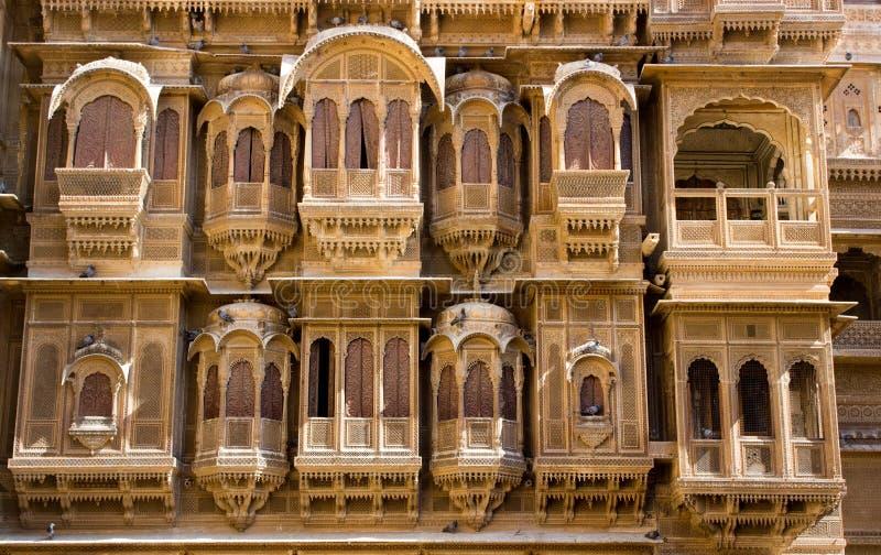 Oud ontwerp van een balkon en een venster van een erfenis royalty-vrije stock afbeelding