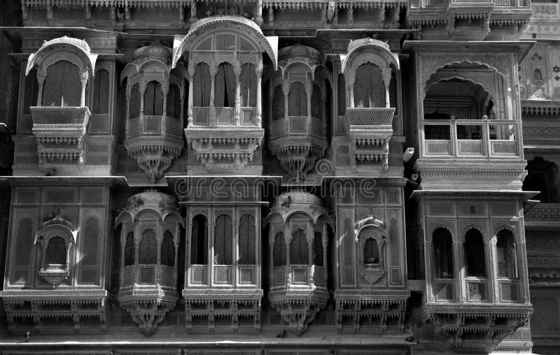 Oud ontwerp van een balkon en een venster van een erfenis stock afbeelding