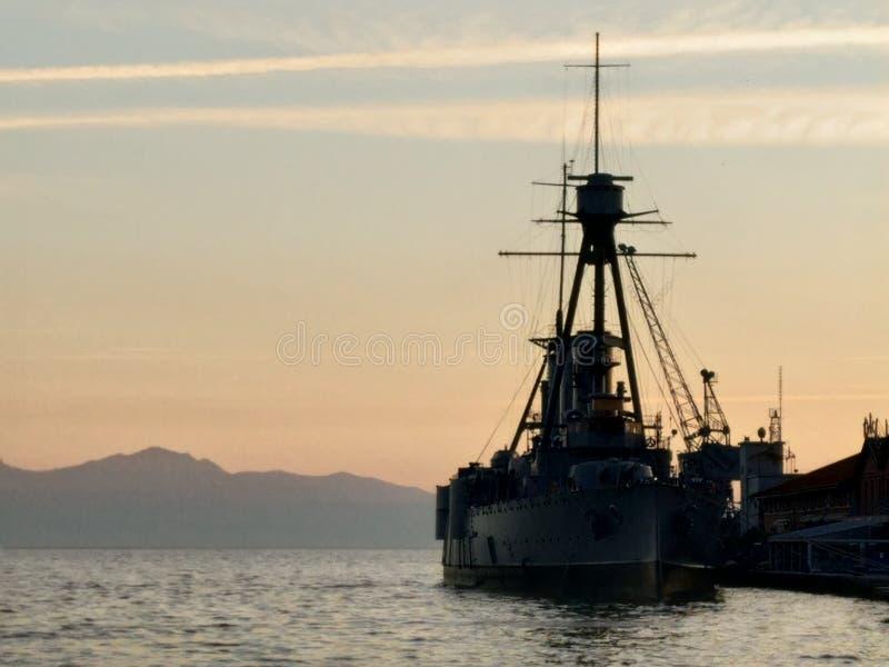 Oud oorlogsschip in haven van Thessaloniki Griekenland stock afbeeldingen