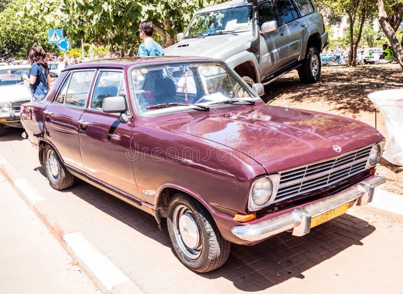 Oud Opel Kadett bij een tentoonstelling van oude auto's in de Karmiel-stad royalty-vrije stock afbeeldingen