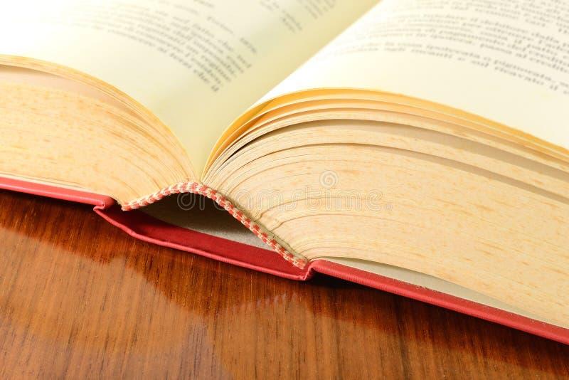 Oud open boek stock afbeeldingen