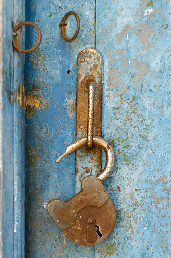 Oud open hangslot roestig op houten doorstane deur royalty-vrije stock afbeeldingen