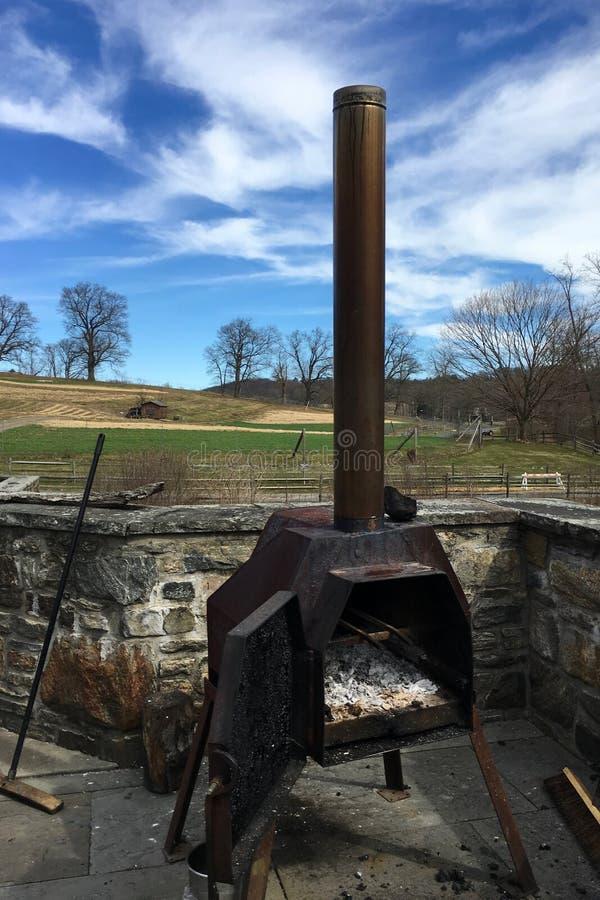 Oud openlucht houten brandend fornuis in het platteland in New York stock foto