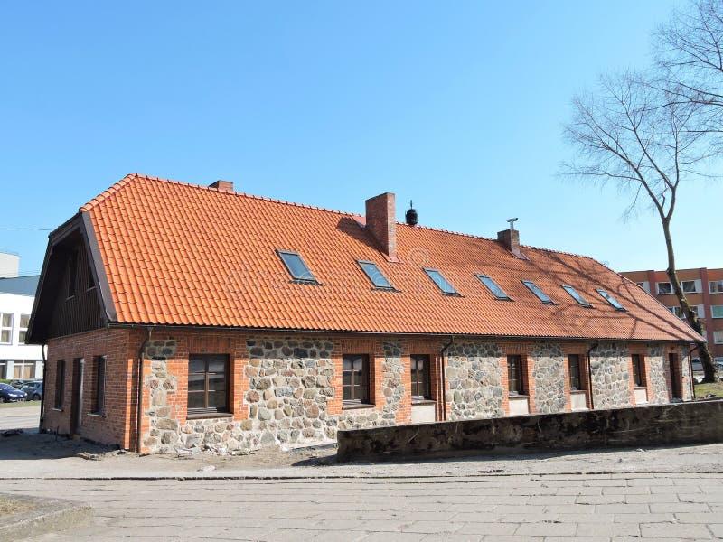 Oud opnieuw opgebouwd huis, Litouwen stock afbeeldingen