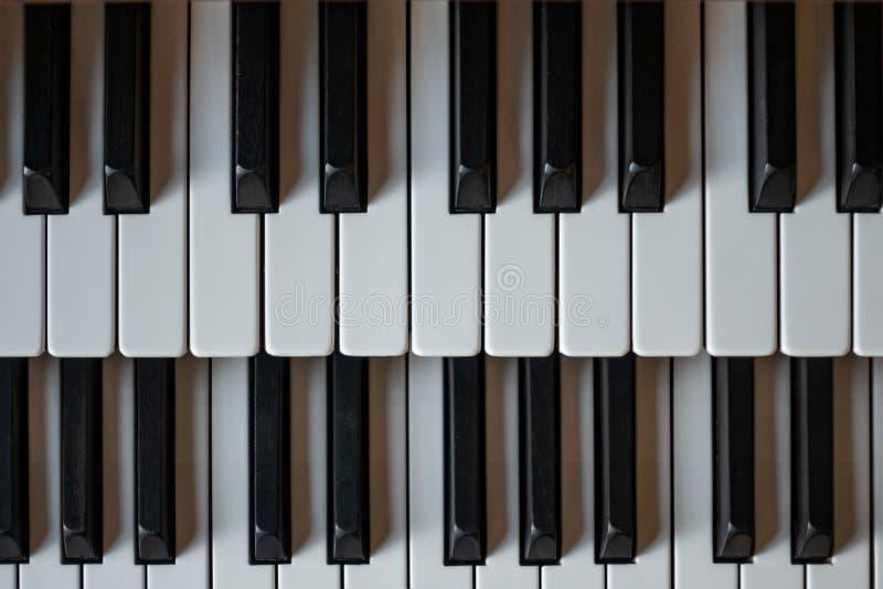 Oud orgaan twee de sleutels van de rijenpiano in de kerk royalty-vrije stock foto