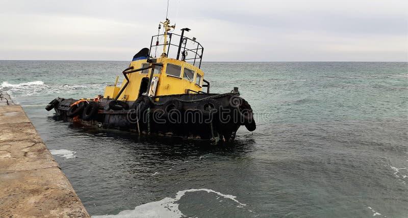 Oud overstroomd slepend schip Schipbreuk Gedaald slepend schip Odessa Ukraine royalty-vrije stock foto's
