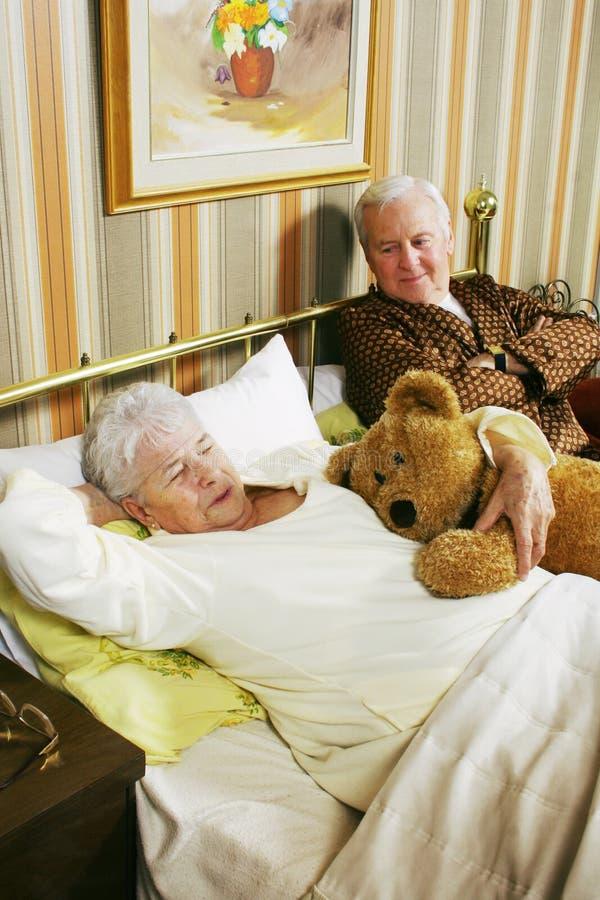 Oud paar in bed royalty-vrije stock foto's