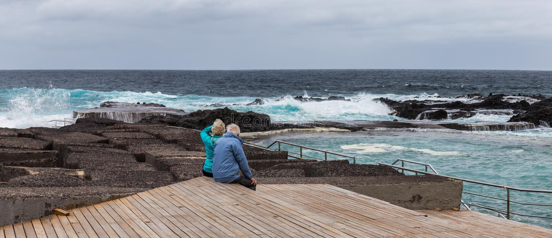 Oud paar die op de oceaan, Mesa del Mar, Tenerife letten, Canarische Eilanden, Spanje royalty-vrije stock afbeelding