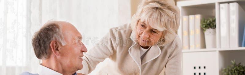 Oud paar die op pensionering zijn stock fotografie