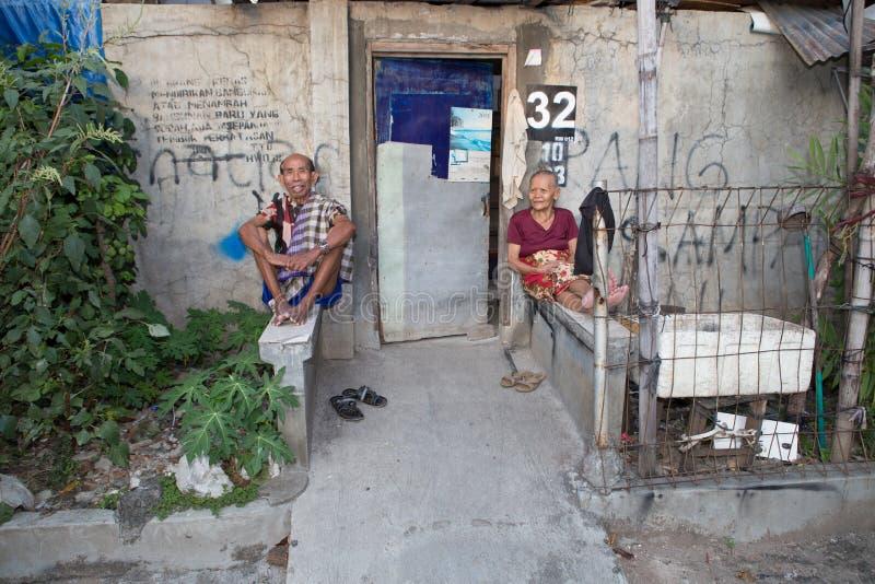 Oud paar in een krottenwijk in Djakarta royalty-vrije stock afbeelding