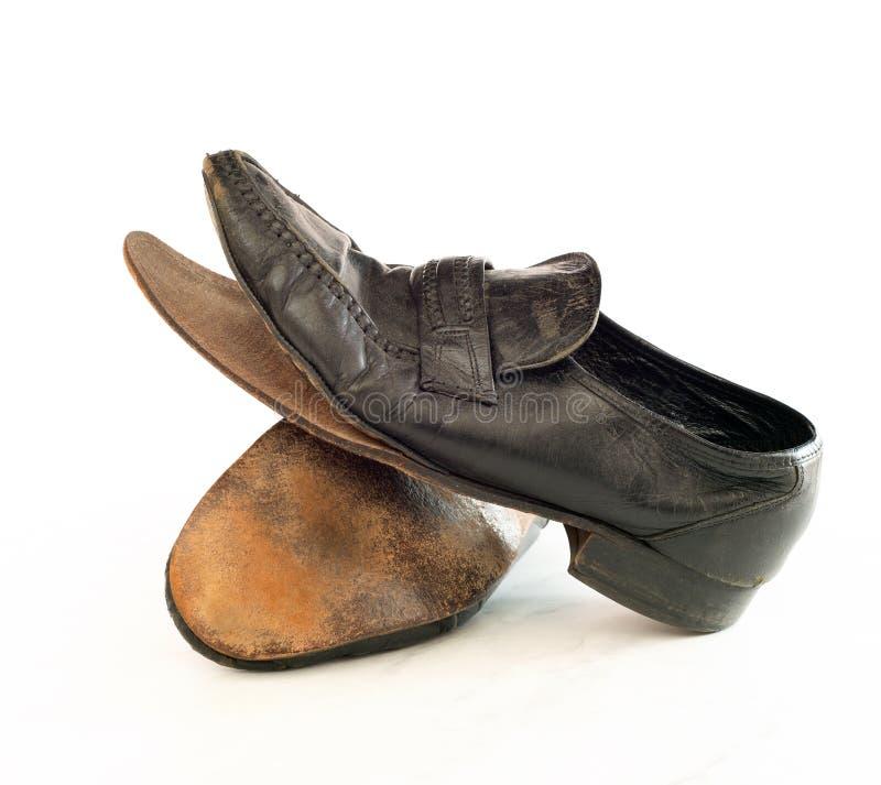 Oud paar schoenen van de het leer zwarte kleding van Mensen die uit worden gedragen, zeer stoffig en vuil en uiteenvallen Zij heb stock foto's