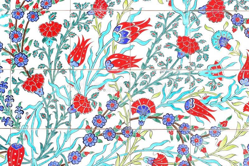 Oud patroon op keramische tegelsmuur in het park; Turkse artis stock foto's