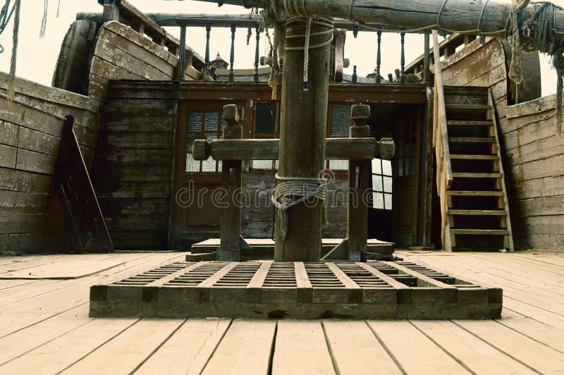 Oud piraterij houten schip stock fotografie