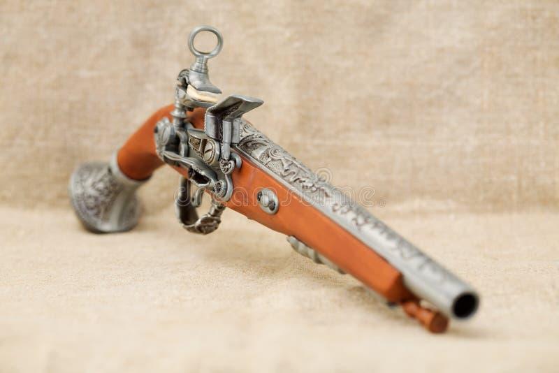 Oud pistool op achtergrondcanvas royalty-vrije stock fotografie