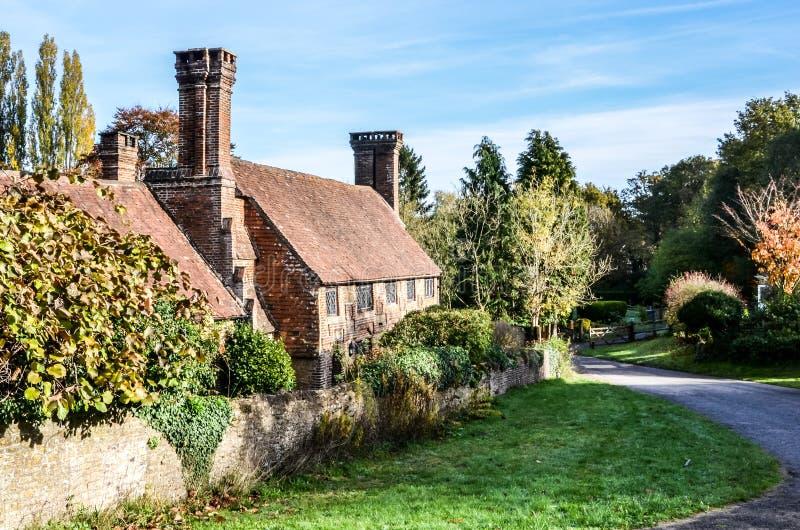 Oud plattelandshuisje met mooie schoorstenen, Milford Surrey, Engeland royalty-vrije stock fotografie