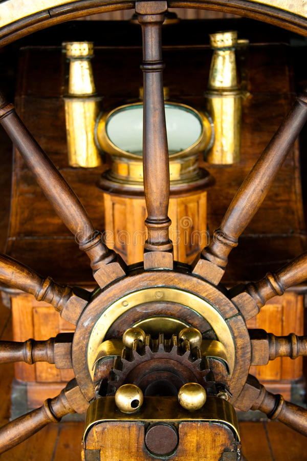 Oud roer met kompas stock afbeeldingen