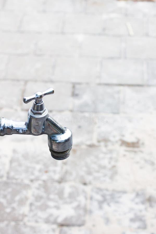 Oud roestig de tapkraanclose-up van de kraanstraat Een rij van de kranen van het straatwater royalty-vrije stock afbeeldingen
