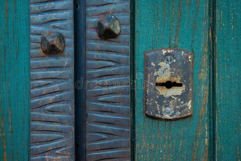 Oud roestig en stoffig sleutelgatbehang Uitstekend sleutelgat op oude houten deurachtergrond Sleutelgat van oude deur stock afbeelding