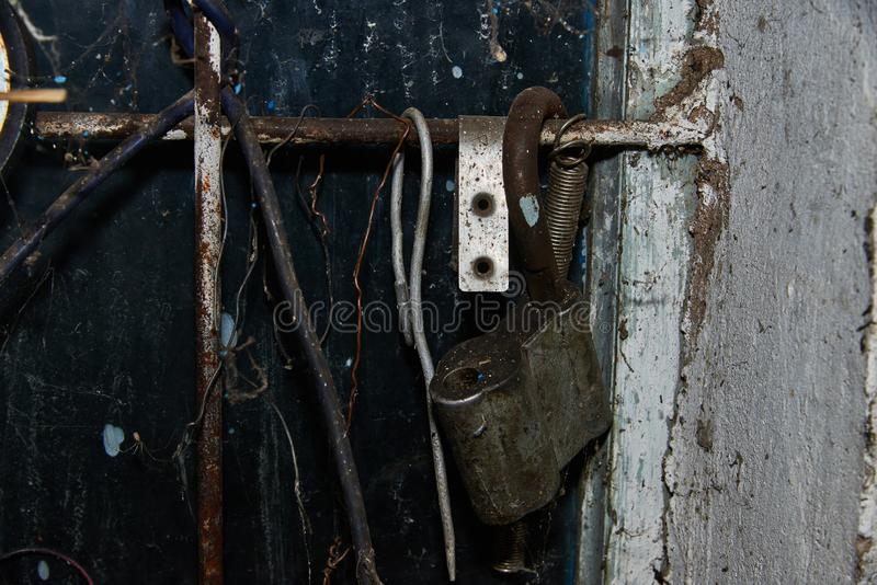 Oud roestig hangslot op de muur stock foto
