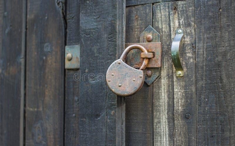 Oud roestig hangslot op houten poort royalty-vrije stock foto