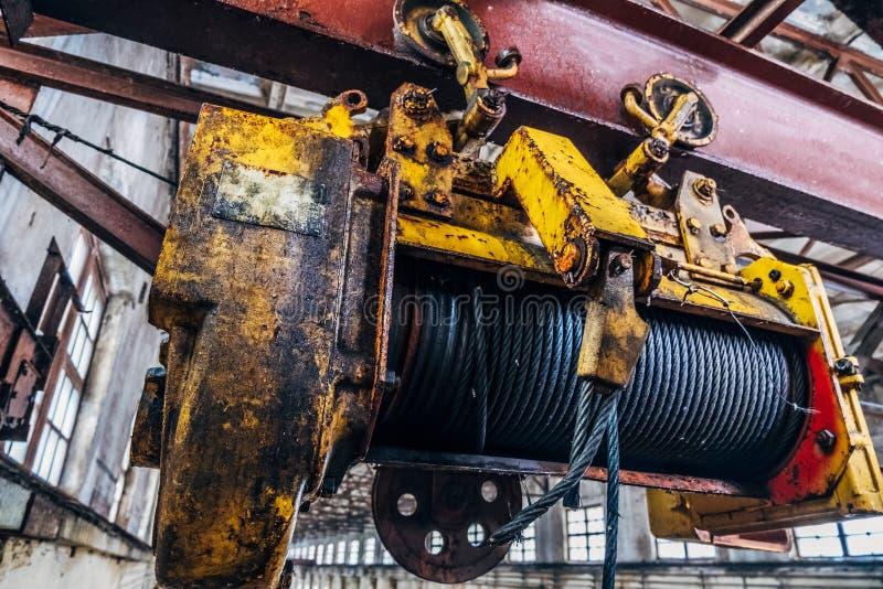 Oud roestig hijstoestel van Industriële luchtkraan in fabriek Sluit omhoog stock afbeelding