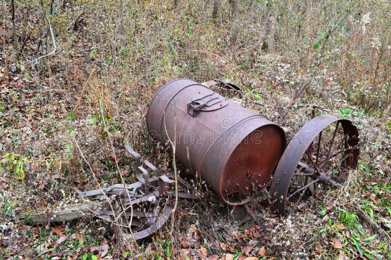 Oud roestig landbouwbedrijfmateriaal stock foto