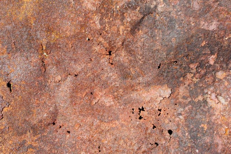 Oud roestig metaalblad met gaten, textuur stock afbeelding