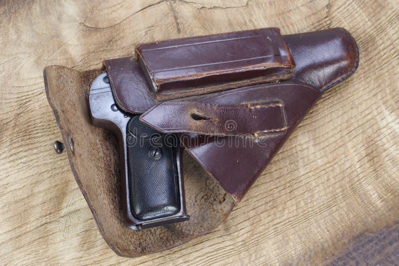 Oud roestig pistool en holster stock afbeeldingen