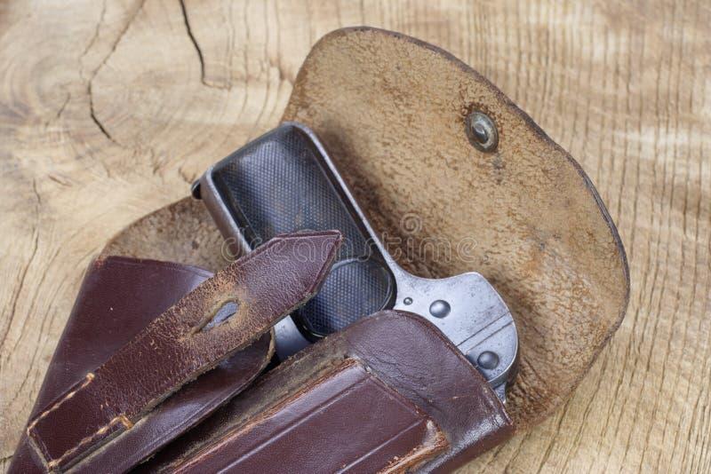 Oud roestig pistool en holster stock foto's