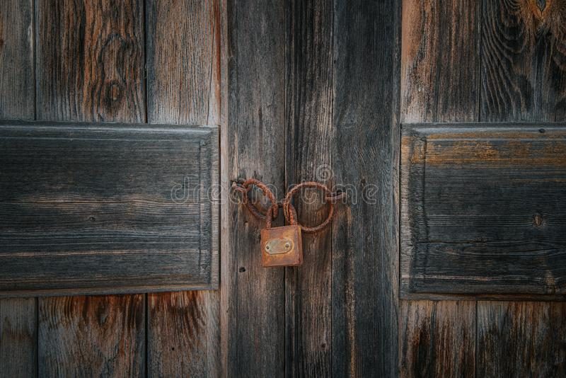 Oud roestig slot op de bruine uitstekende houten deur royalty-vrije stock foto