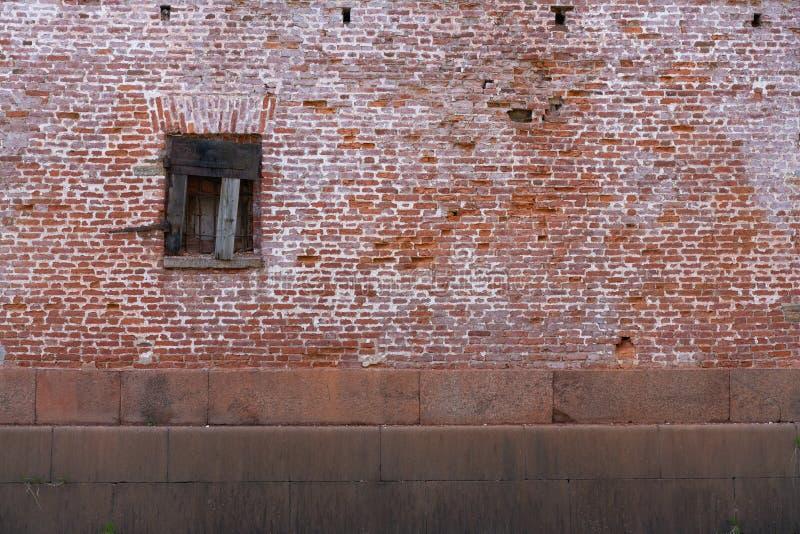 Oud roestig venster op oude bakstenen muur Voorgevel van een verlaten Gebouw royalty-vrije stock fotografie