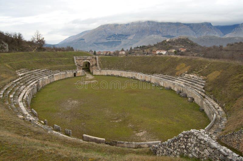 Oud Roman Amphitheater in Alba Fucens, Italië royalty-vrije stock foto