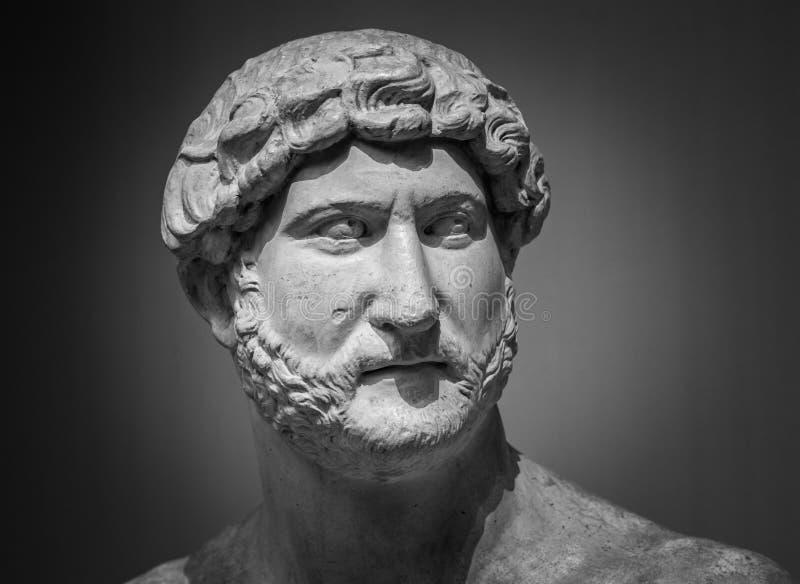 Oud roman beeldhouwwerk van de keizer Hadrian stock foto's
