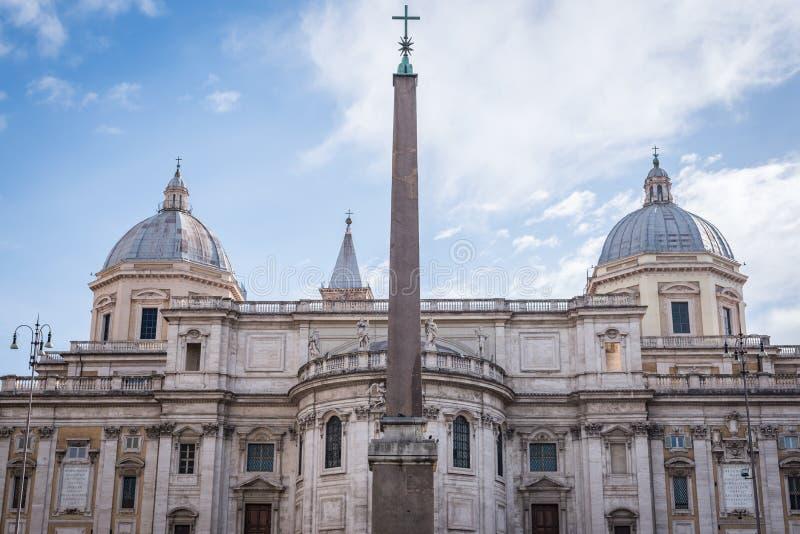 Oud roman gebouw tegen een zonnige dag royalty-vrije stock foto's