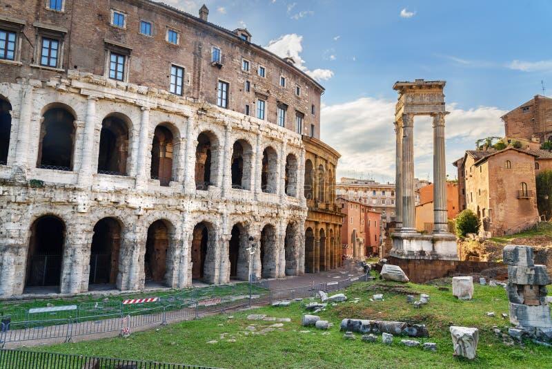 Oud roman Theater van Marcellus, Teatro Di Marcello rome Italië stock foto's