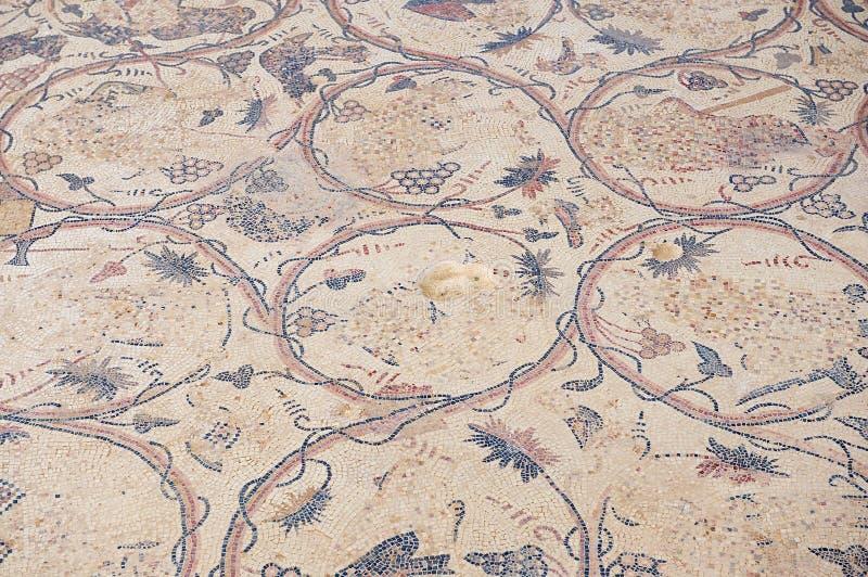 Oud Roman vloermozaïek bij de ruïnes van de Heilige Stevens Church bij een archeologische plaats in Umm AR-Rasas, Jordanië stock foto
