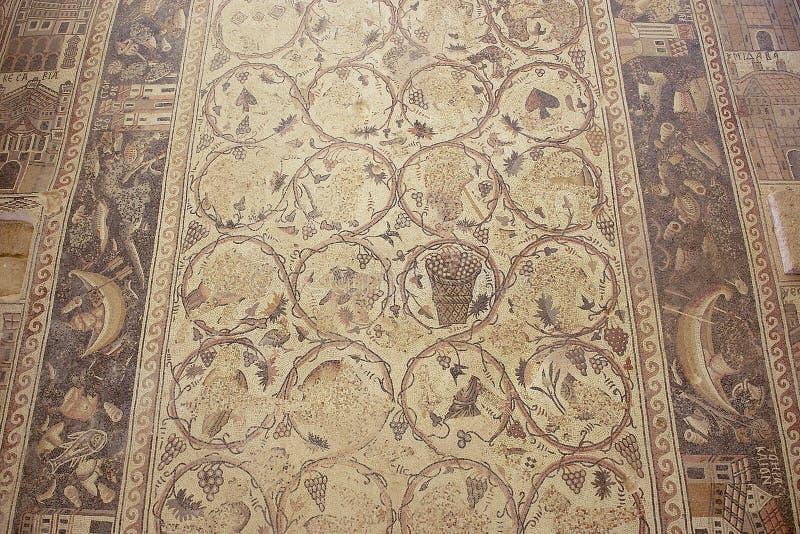 Oud Roman vloermozaïek in de Heilige Stevens Church bij een archeologische plaats in Umm AR-Rasas, Jordanië stock fotografie