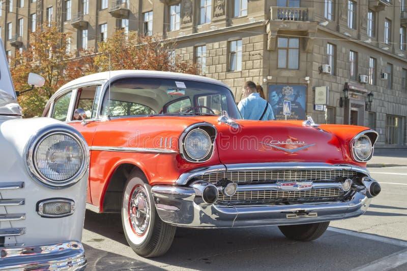Oud rood Chevrolet op tentoonstelling van uitstekende auto's royalty-vrije stock foto's