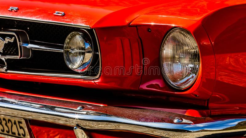 Oud rood Ford Mustang royalty-vrije stock afbeelding