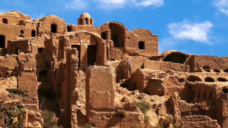 Oud rood kleidorp Kharanagh tegen blauwe hemel perzië iran Gezicht van Yazd stock afbeelding