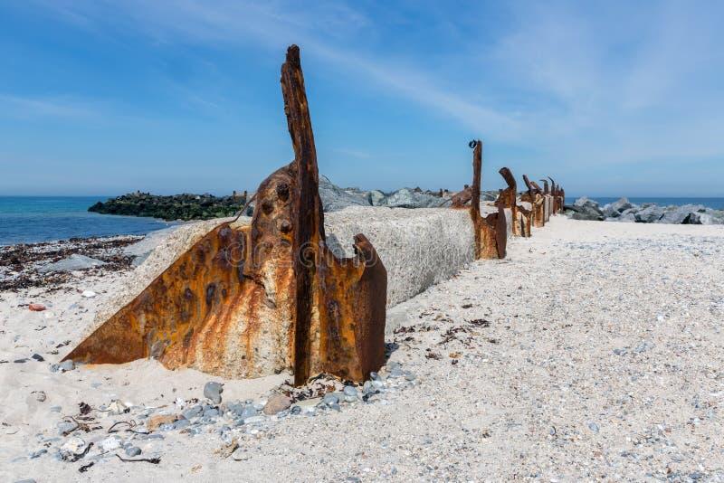 Oud rotte golfbreker bij Duin, klein eiland dichtbij Helgoland, Ger stock afbeeldingen