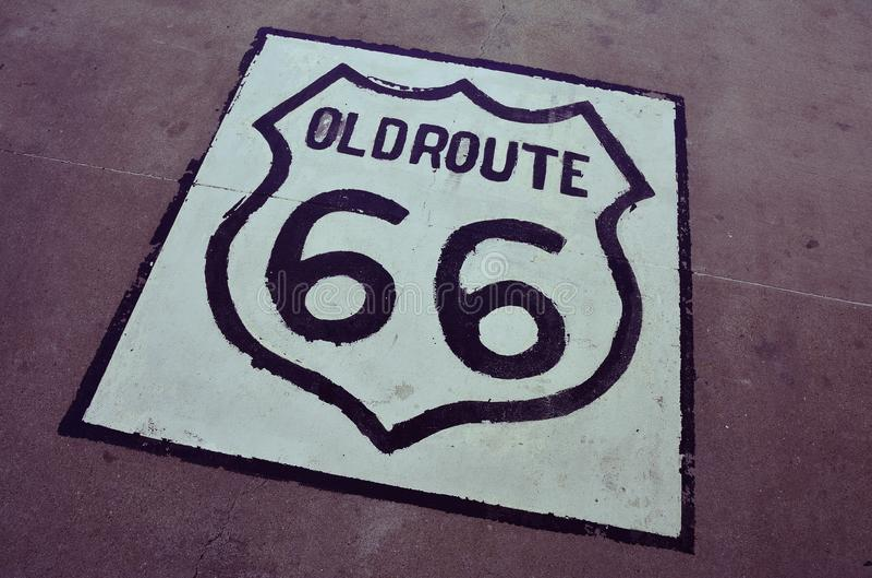 Oud Route 66 -teken op het asfalt stock foto