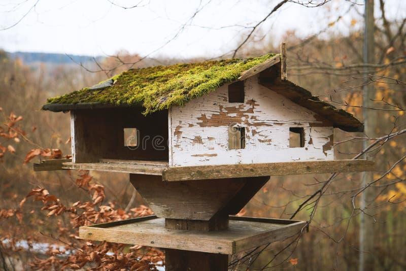 Oud rustiek vogelhuis stock afbeeldingen