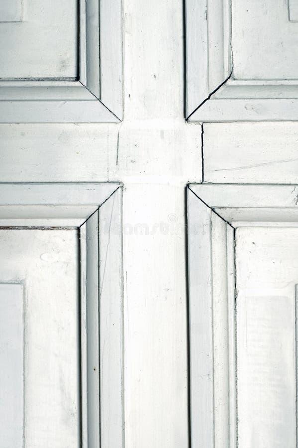 Oud rustiek wit deurdetail stock foto