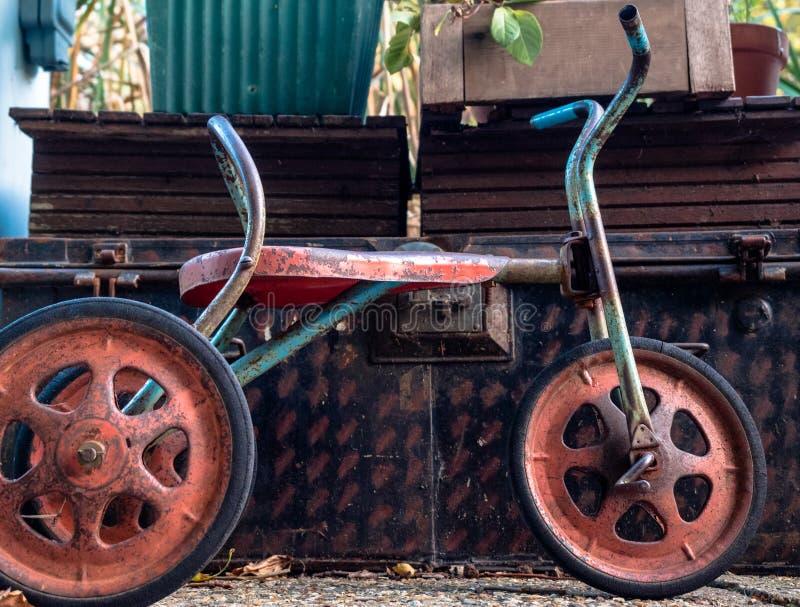 Oud Rusty Tricycle stock afbeeldingen