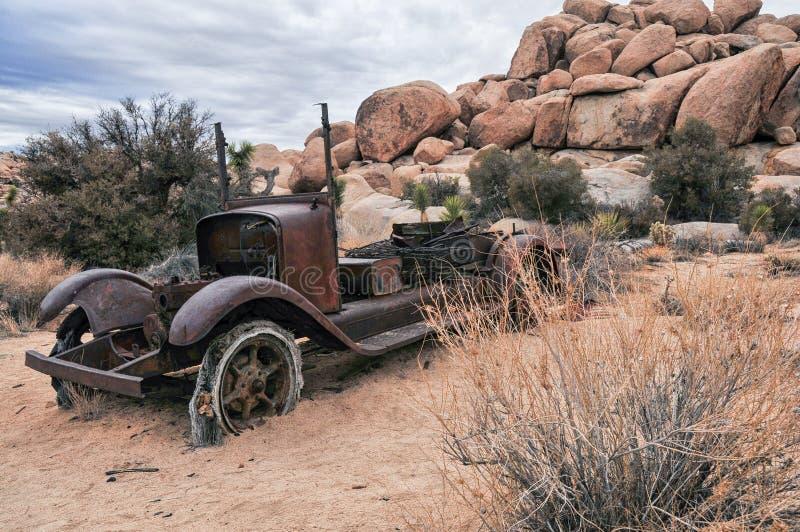 Oud Rusty Truck in de Woestijn royalty-vrije stock foto