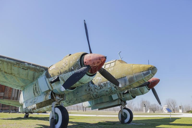 Oud Rusty War-vliegtuig op openluchtmuseum stock fotografie