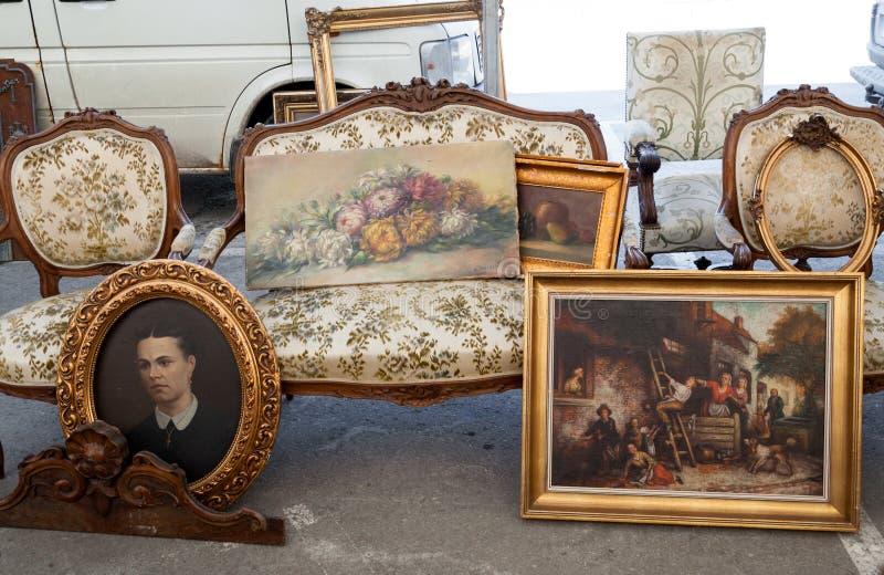 Oude schilderijen bij vlooienmarkt royalty-vrije stock afbeelding