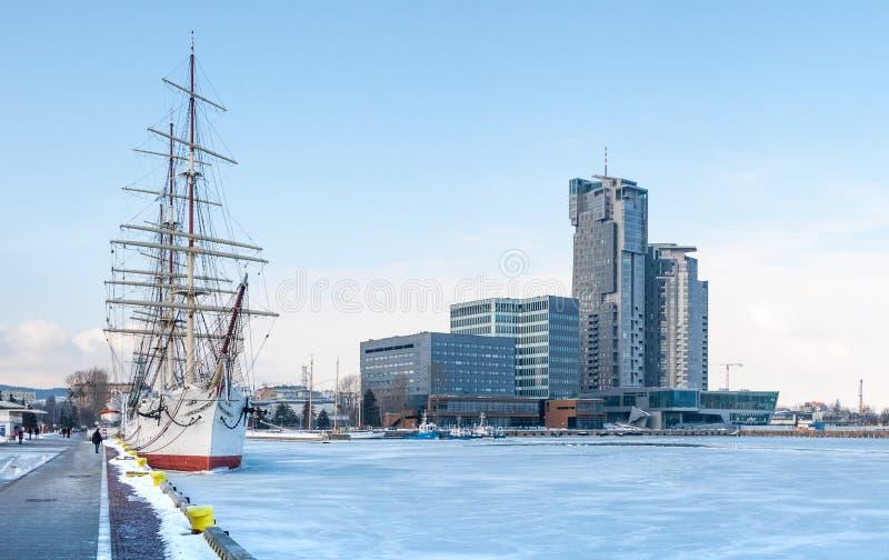 Oud schip bij de bevroren overzeese en bedrijvigheidbouw royalty-vrije stock foto's